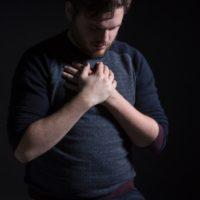 Att hälsa med handen på hjärtat gör dig mer ärlig